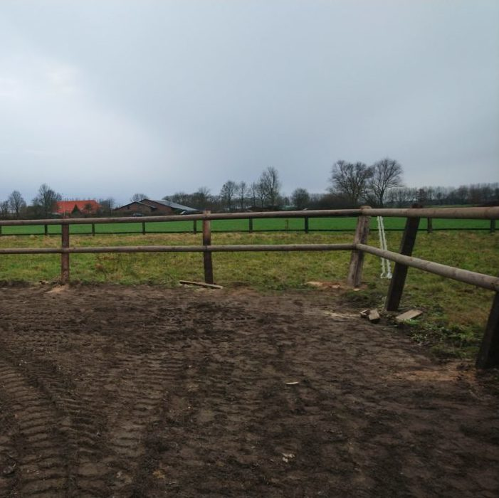 Paardenomheining twee halfronde liggers gecreosoteerd