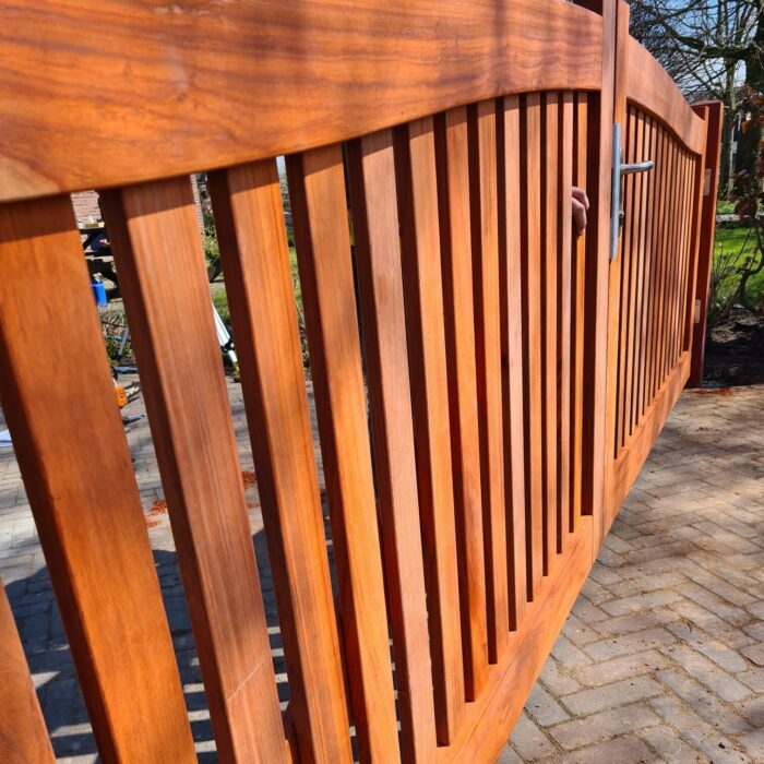 Luxe houten dubbele poort met Locinox deurbeslag